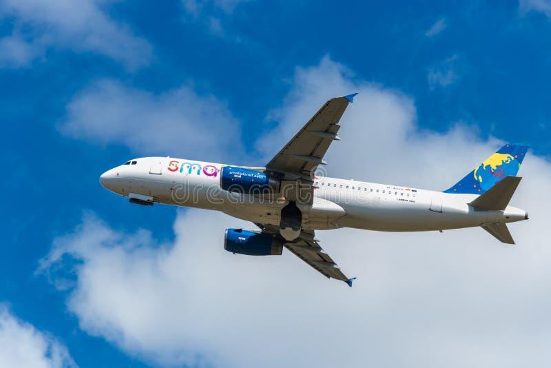 BERLINO, GERMANIA - 7 LUGLIO 2018: Piccole linee aeree del pianeta, Airbus A fotografia stock libera da diritti