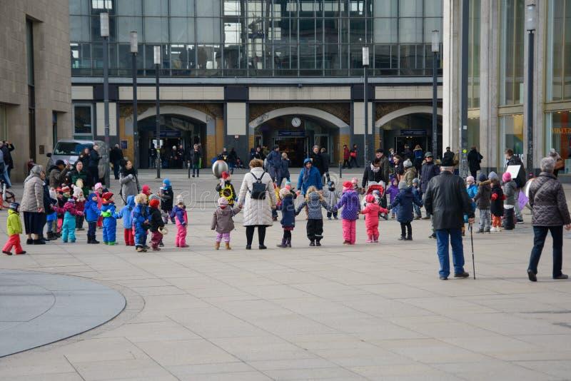 BERLINO, GERMANIA, 9 marzo 2018 Giovani in escursione con la scuola immagine stock