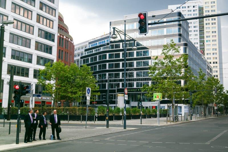 Berlino, Germania - 7 settembre 2014 Gli uomini d'affari degli uomini negli stessi vestiti con i casi nel quartiere degli affari  immagini stock libere da diritti