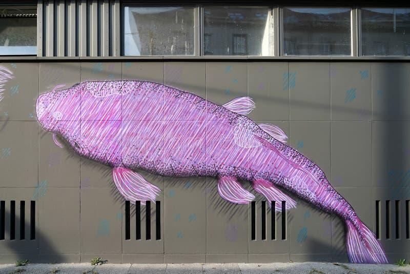 BERLINO, GERMANY/EUROPE - 15 SETTEMBRE: Murale del pesce in una via i immagini stock
