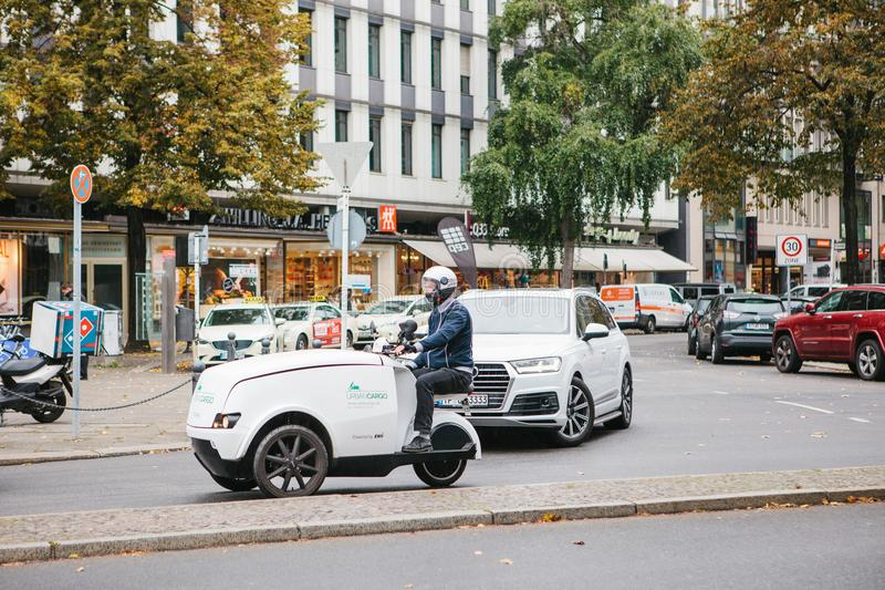 Berlino, il 2 ottobre 2017: Distribuzione postale sul carico urbano di trasporto amichevole di eco in Germania fotografia stock libera da diritti