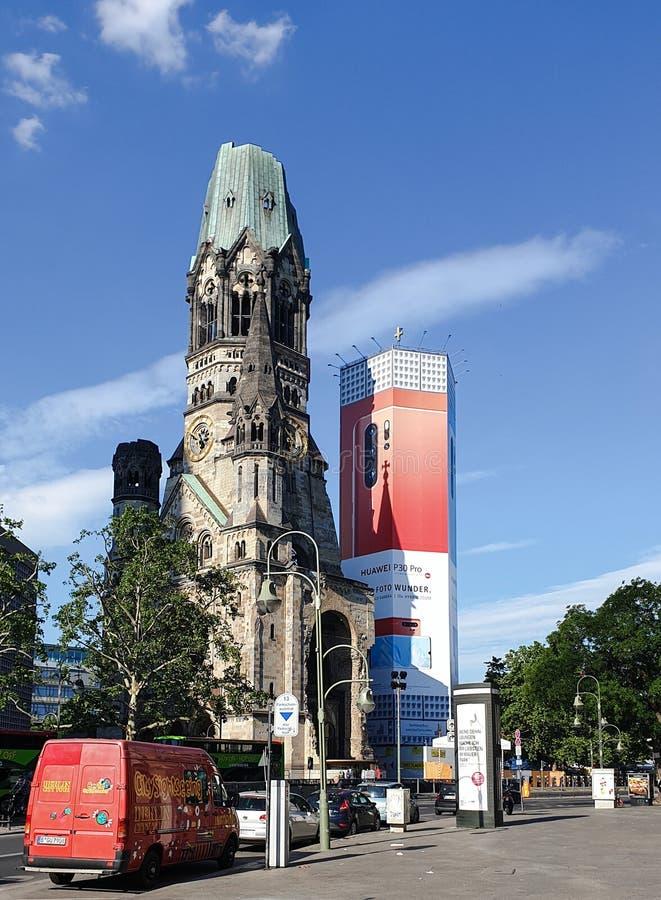 berlitz 德国- 2019年6月2日:威廉皇帝纪念教堂 夏天与一个有趣的教会的城市风景没有屋顶 库存图片
