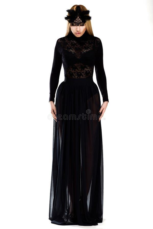 Berlock. Ursnygg kvinna i långt svart klänning och lock. Haute Couture arkivfoto