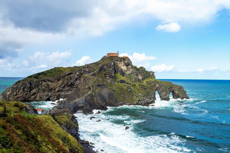 Bermeo, pa?s Basque, Espanha: Monast?rio de San Juan de Gaztelugatxe fotografia de stock royalty free