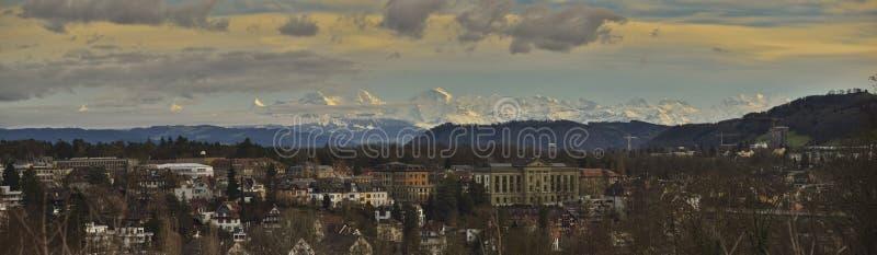 Bern и горные вершины на заходе солнца стоковое фото