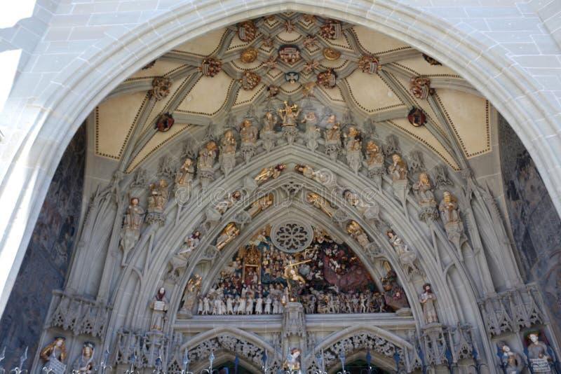 Bern Minster, die Schweiz Haupteingang mit Skulpturen des letzten Urteils stockfotografie