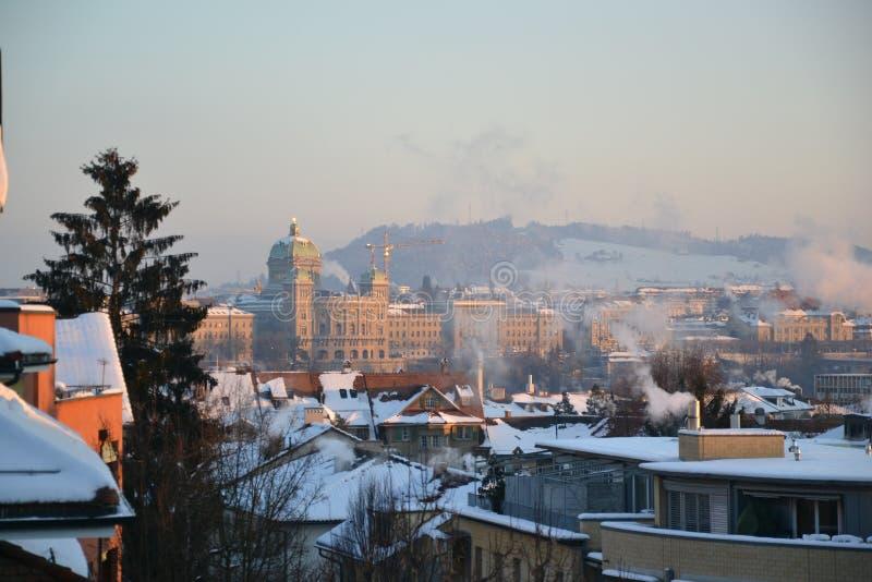Bern mit Bundeshaus im Winter stockfotos