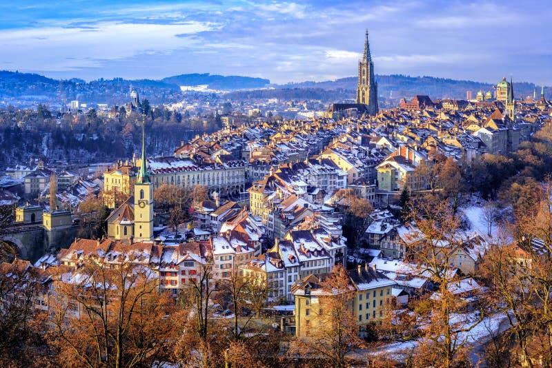 Bern Old Town en un día de invierno frío de la nieve, Suiza imagen de archivo libre de regalías