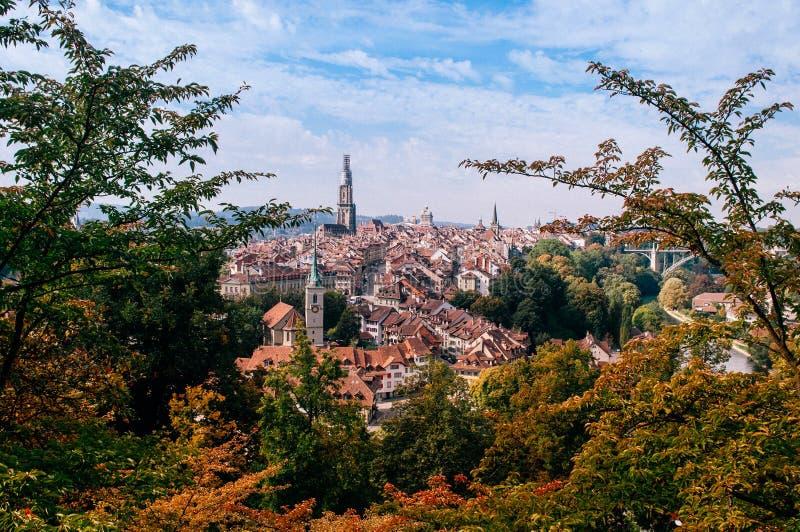 Bern stary grodzki Ewangelicki kościelny widok od Rosengarten parka zdjęcie stock