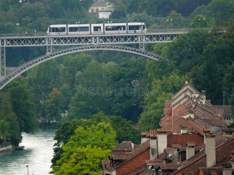 Bern, Szwajcaria 08/02/2009 Kościół most z tramwajem obraz stock