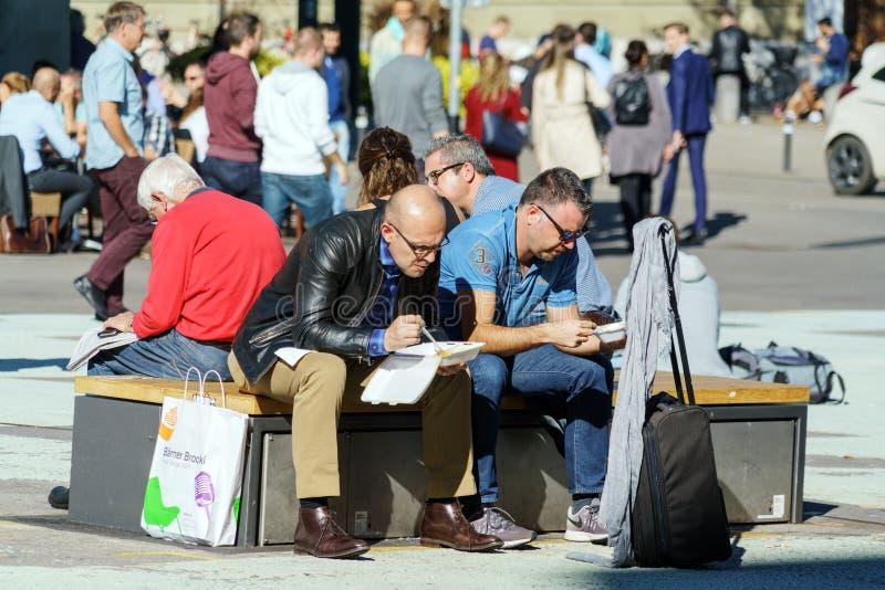 Bern Szwajcaria, Październik, - 17, 2017: Grupa ucznie jest brzęczeniami obrazy stock