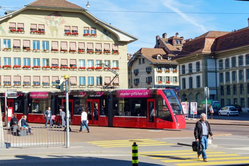 Bern Szwajcaria, Październik, - 17, 2017: Nowożytny miasto tramwaj na st zdjęcie stock