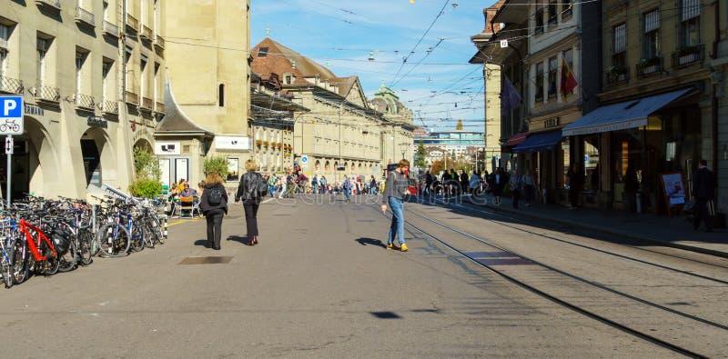 Bern Szwajcaria, Październik, - 17, 2017: Turyści i miejscowi na obraz royalty free