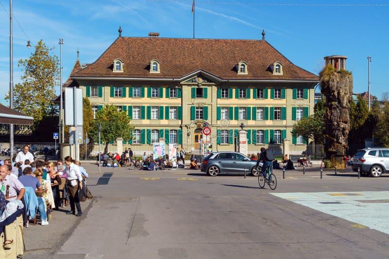 Bern Szwajcaria, Październik, - 17, 2017: Turyści i miejscowi na zdjęcie stock