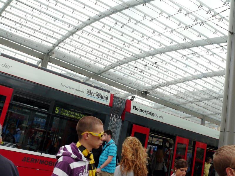 Bern, Zwitserland 08/02/2009 Passagier bij de trampost stock foto