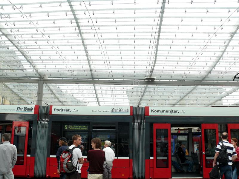 Bern, Zwitserland 08/02/2009 Passagier bij de trampost stock fotografie