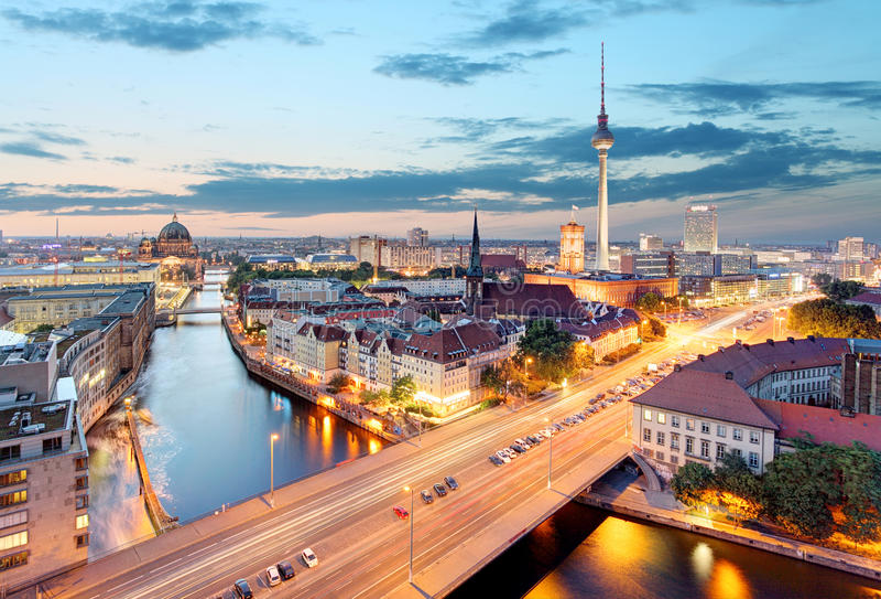 berna Εναέρια άποψη του Βερολίνου κατά τη διάρκεια του όμορφου ηλιοβασιλέματος στοκ εικόνες