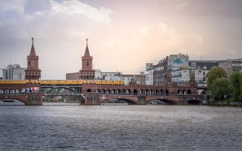 berna Η διώροφη γέφυρα Oberbaum που διασχίζει τον ποταμό ξεφαντωμάτων στοκ εικόνα με δικαίωμα ελεύθερης χρήσης