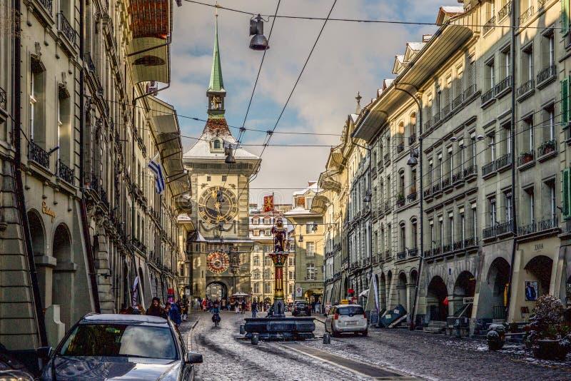 Berna céntrica delante de la torre de reloj histórica fotos de archivo libres de regalías