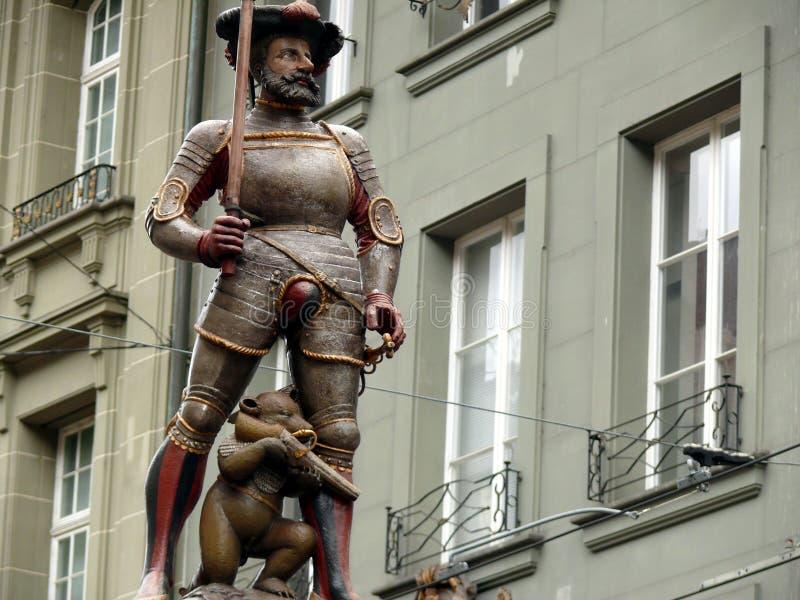 Berna, Su??a 08/02/2009 Monumento do urso com caça do rifle foto de stock royalty free