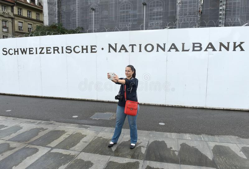 Berne, Suisse - 4 juin 2017 : La jeune femme fait le selfie près photos stock