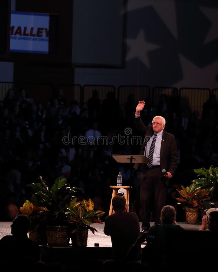 Bernie Sanders acena para aglomerar-se fotografia de stock