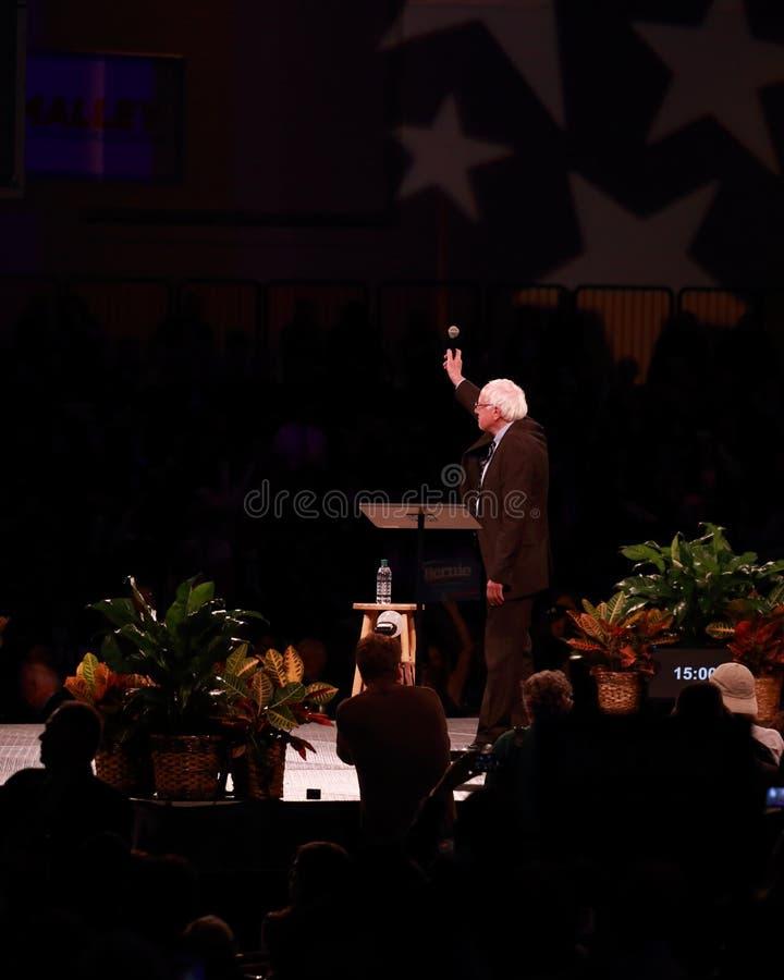 Bernie Sanders acena para aglomerar-se imagens de stock royalty free