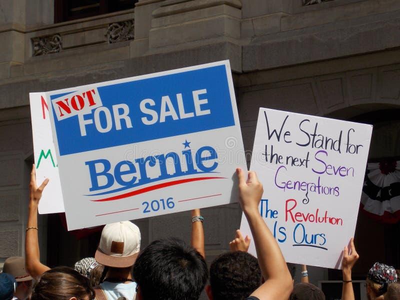 Bernie Sanders Supporters Hold Signs bij DNC-Verzameling royalty-vrije stock foto's