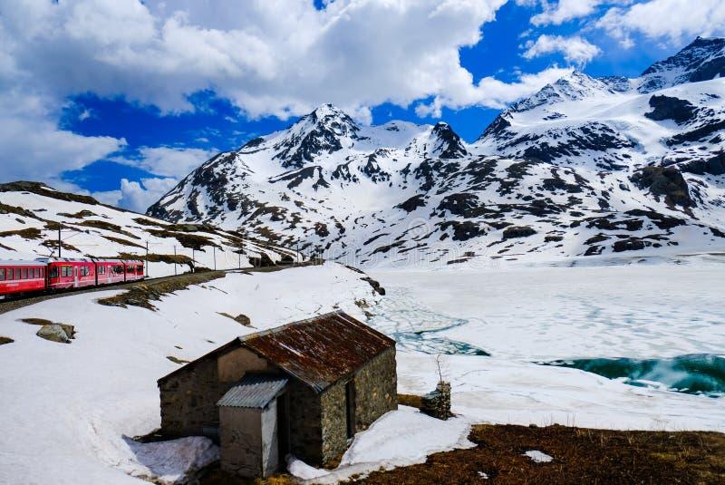 Bernina срочное среди снега, облаков и гор стоковые изображения