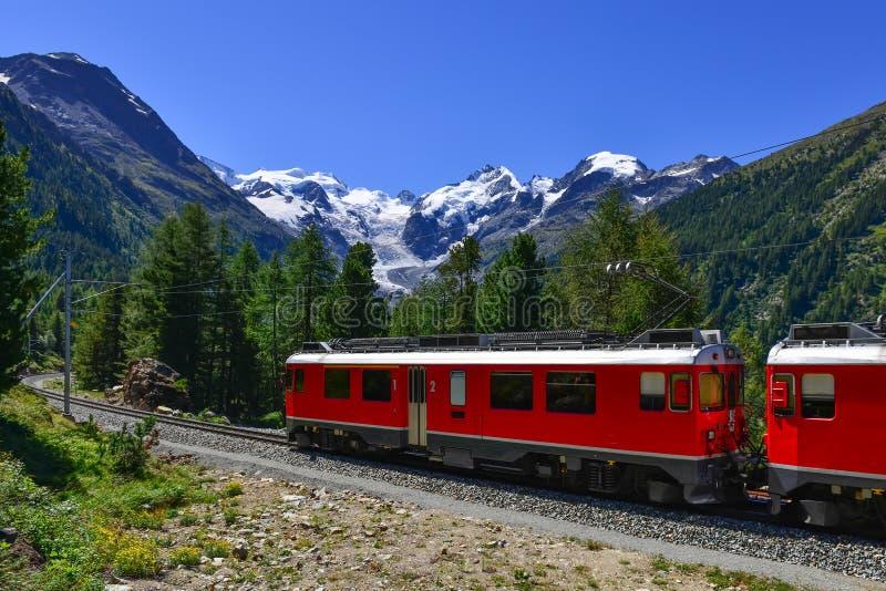 Bernina för schweiziskt bergdrev uttryckliga korsade fjällängar royaltyfria foton