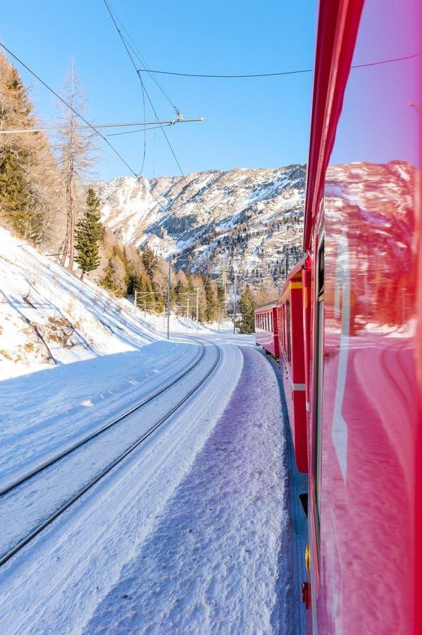 Bernina preciso, piccolo treno rosso attraverso le alpi europee fotografie stock libere da diritti