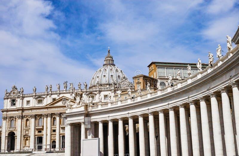 Bernini kolumnada Sławna San Pietro bazylika zdjęcie royalty free