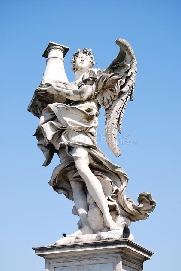 Bernini marmurowa statua anioł z krzyżem od Sant'Angelo mosta w Rzym fotografia stock