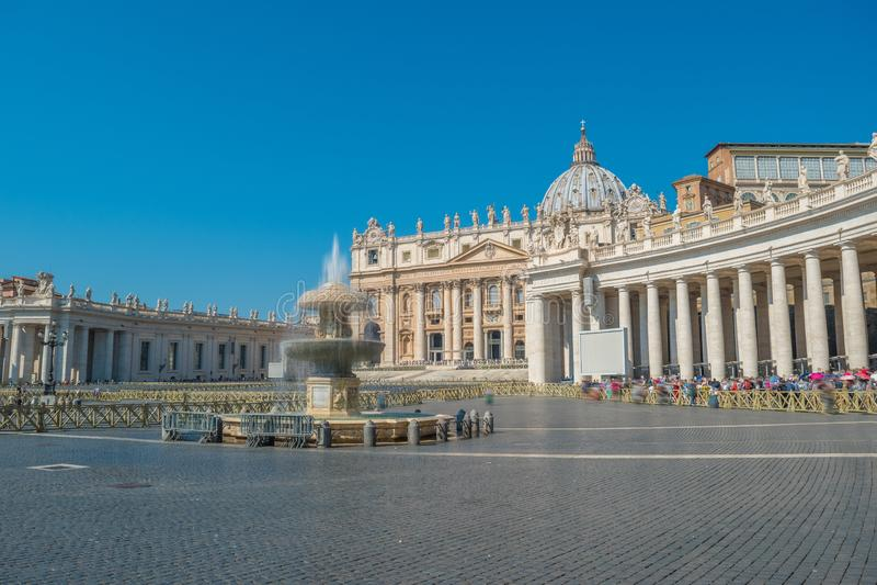 Berninis springbrunn- och Sts Peter fyrkant i Vaticanen royaltyfri bild
