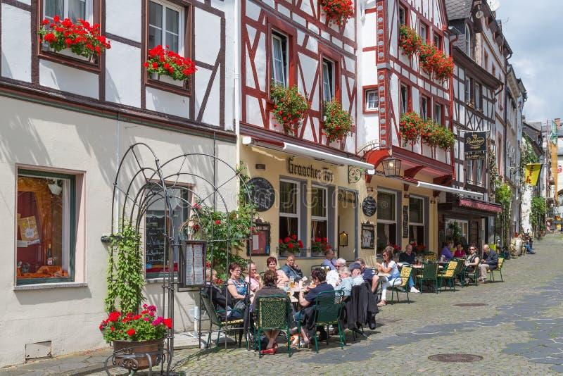 BERNKASTEL, ALEMANIA - 21 DE JULIO: Centro histórico de la ciudad medieval Bernkastel con los turistas desconocidos que se sienta fotografía de archivo libre de regalías