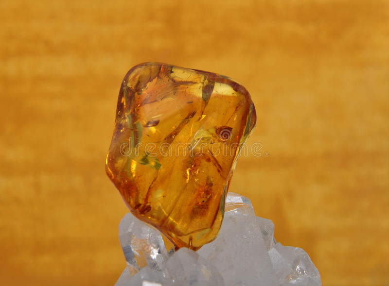 Bernstein auf Bergkristall stockbild