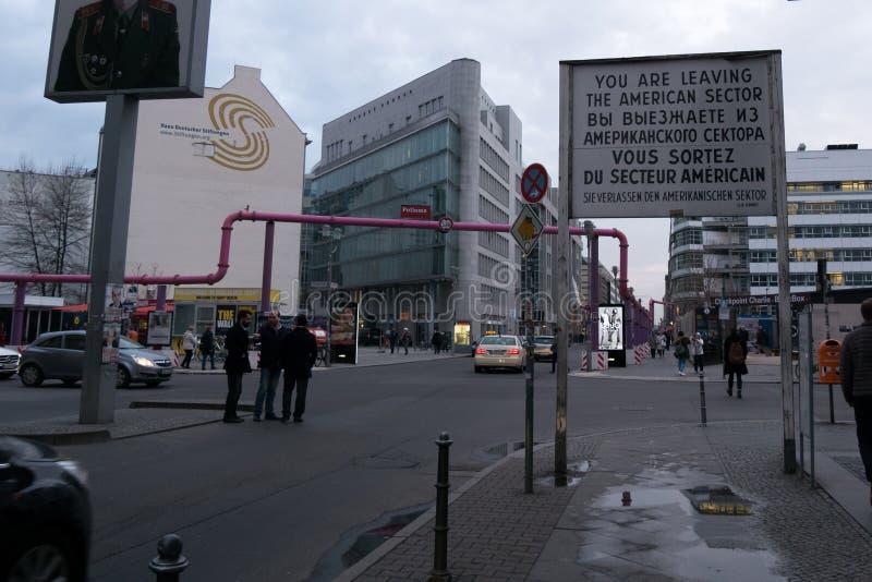 Beroemd Amerikaans Sectorteken in Checkpoint Charlie, Berlijn, Duitsland royalty-vrije stock afbeelding