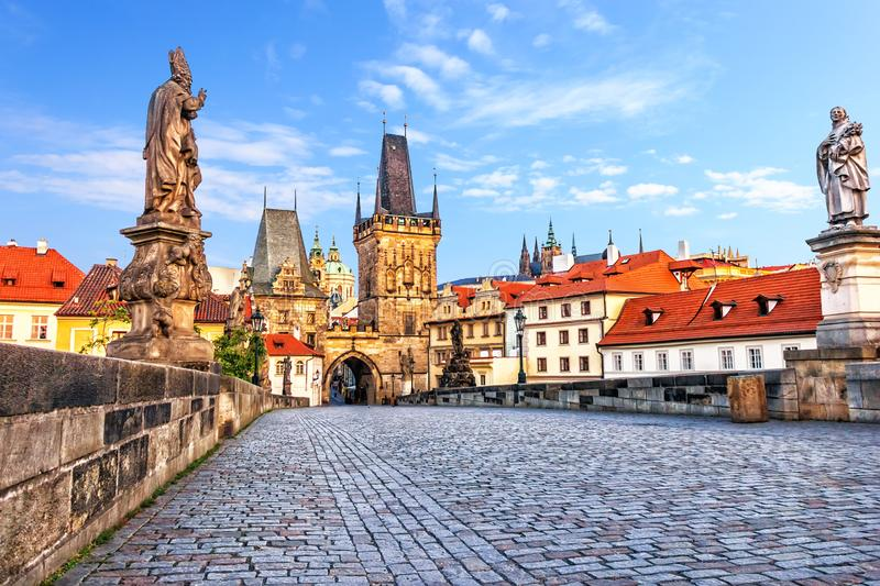 Beroemd Charles Bridge over de Vltava-rivier in Praag, Tsjechisch Rep stock foto
