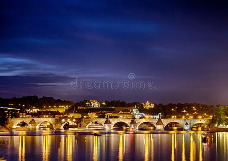Beroemd Charles Bridge in Praha in de Tsjechische Republiek stock afbeeldingen