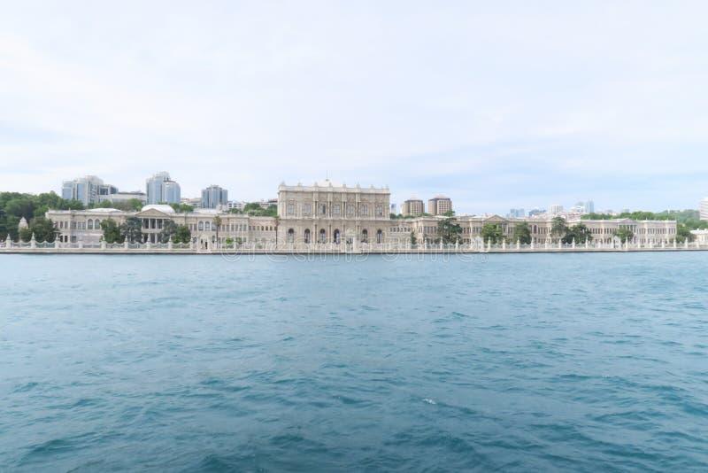 Beroemd Dolmabahce-Paleis in Istanboel, zoals die van een Bosphorus-Veerboot, in Turkije wordt gezien royalty-vrije stock foto's