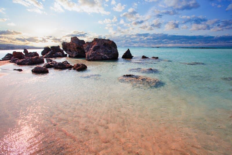 Beroemd Elafonissi-strand in het ochtendlicht Verbazende zonsopgangmening met roze zand, blauwe overzees en wolkenhemel royalty-vrije stock fotografie
