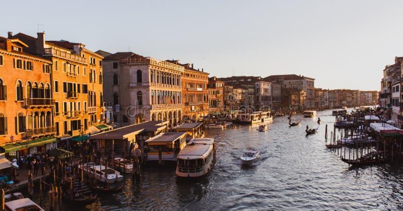 Beroemd groot kanaal van Rialto-Brug op zonsondergang in Venetië, Italië royalty-vrije stock foto's