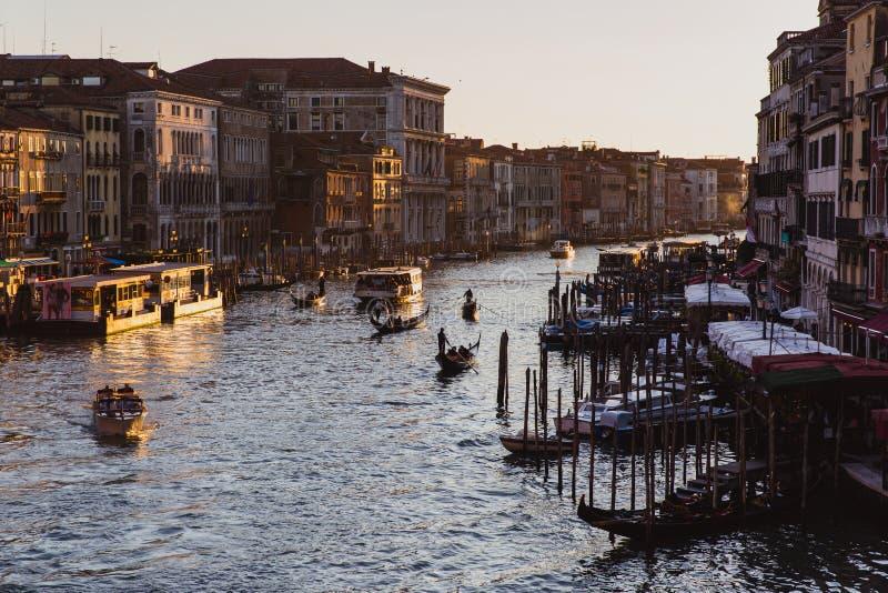 Beroemd groot kanaal van Rialto-Brug op zonsondergang in Venetië, Italië royalty-vrije stock afbeeldingen