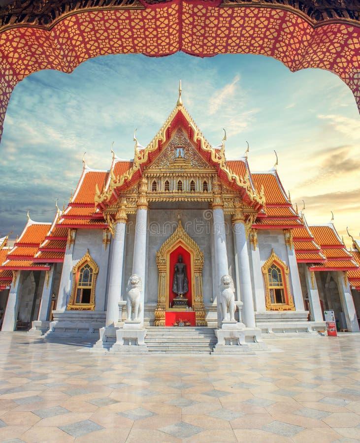 Beroemd marmeren Boeddhistisch tempel of Wat Benchamabophit in Bangkok, Thailand met zonsonderganghemel stock foto