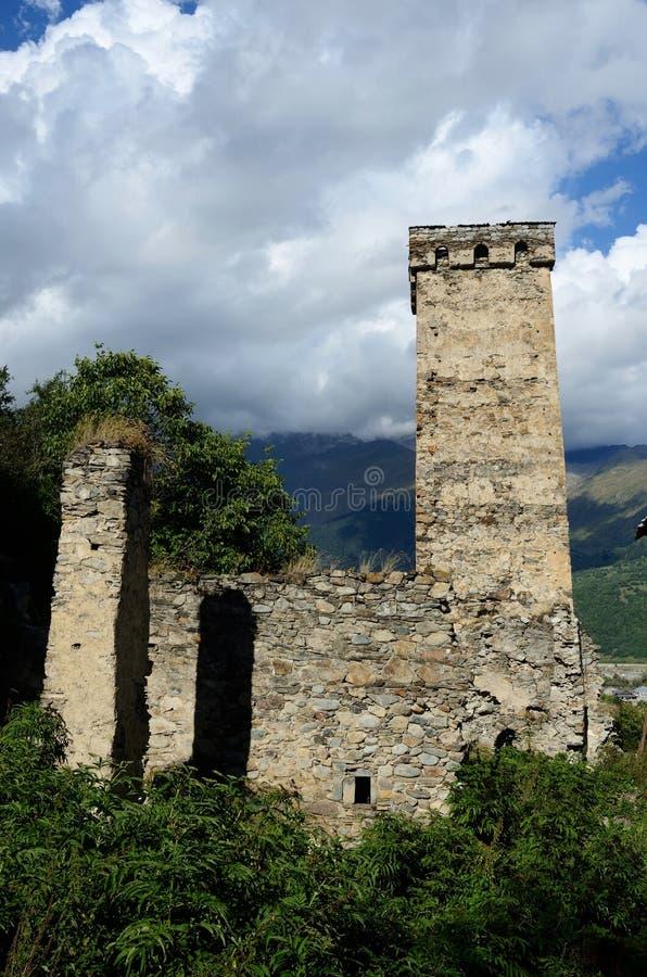 Beroemd middeleeuws Georgisch dorp met stammen versterkte toren stock afbeelding