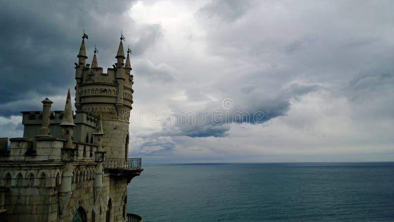 Beroemd oriëntatiepuntzuiden van de Krim - het Swallow ` s nestkasteel in bewolkt weer royalty-vrije stock foto's