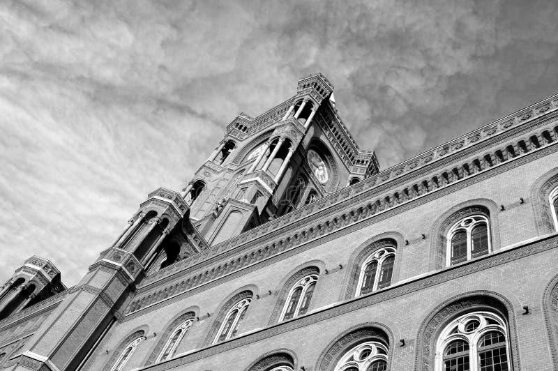 Beroemd Rood Stadhuis in Berlijn voor een dramatische hemel royalty-vrije stock afbeeldingen