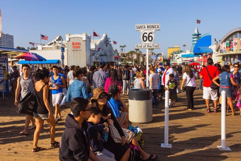 Beroemd Santa Monica Pier en eind van Route 66 royalty-vrije stock afbeelding
