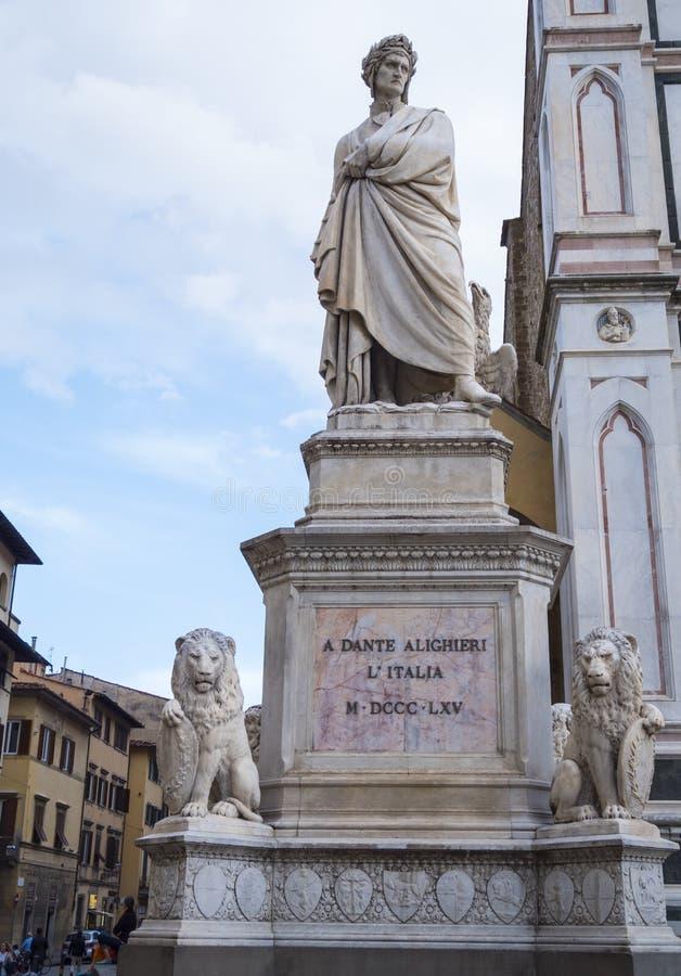 Beroemd standbeeld van Dante Alighieri in Santa Croce Square in Florence stock foto