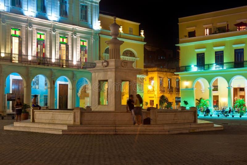 Beroemd vierkant in Oud Havana dat bij nacht wordt verlicht stock afbeelding